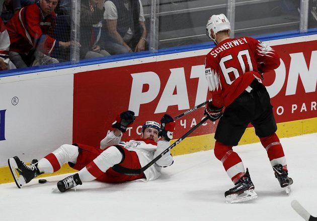 Hokej je boj, občas hráči skončí i na zádech.