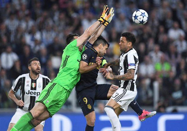 Brankář Juventusu Gianluigi Buffon vyráží míč před hlavičkujícím Radamelem Falcaem z Monaka.