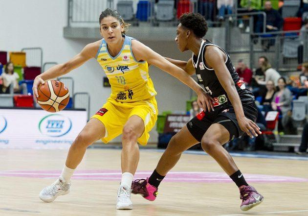 Marta Xargayová z USK Praha (vlevo) a Tay'ler Mingová z Girony.