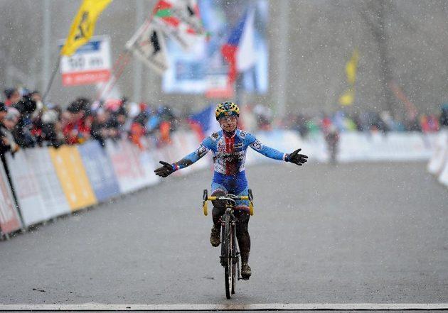 Cyklokrosařka Pavla Havliková děkuje fanouškům v cíli závodu žen.