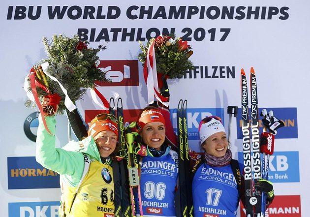 Trio nejlepších ve sprintu na 7,5 kilometru na mistrovství světa v Hochfilzenu. Uprostřed vítězná Gabriela Koukalová, stříbrná Němka Laura Dahlmeierová a bronz brala Anais Chevalierová z Francie.