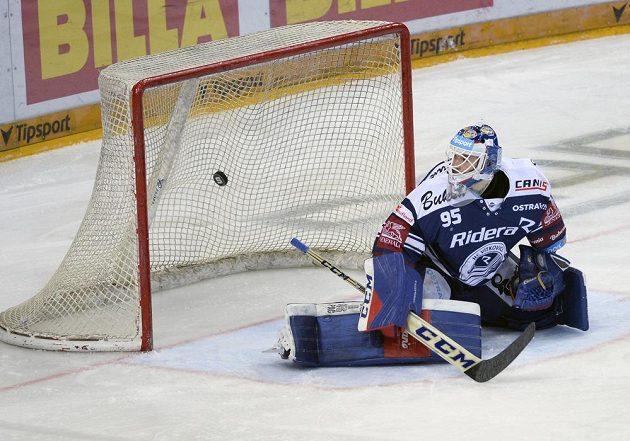 Brankář hokejových Vítkovic Miroslav Svoboda inkasuje gól.