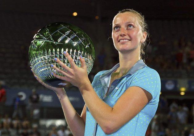 Petra Kvitová s trofejí za triumf na turnaji v Sydney.