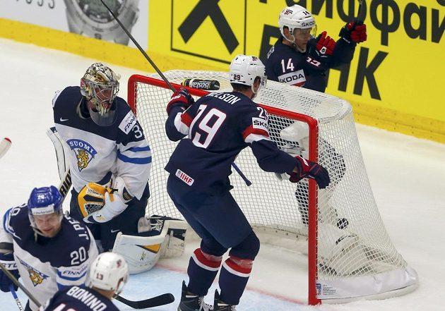 Američan Steve Moses (vpravo) se raduje z gólu proti Finsku. Brankář Pekka Rinne (vlevo) se jen bezmocně ohlíží za svá záda.