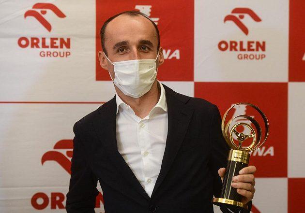 Polský automobilový jezdec Robert Kubica převzal v Praze ocenění Zlatý volant pro světovou osobnost motoristického sportu.