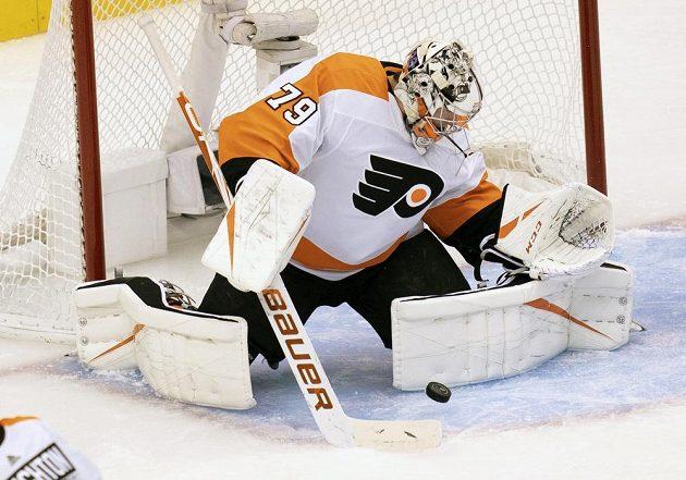 Brankář Philadelphie Flyers Carter Hart (79) chytá puk v utkání s Bostonem.