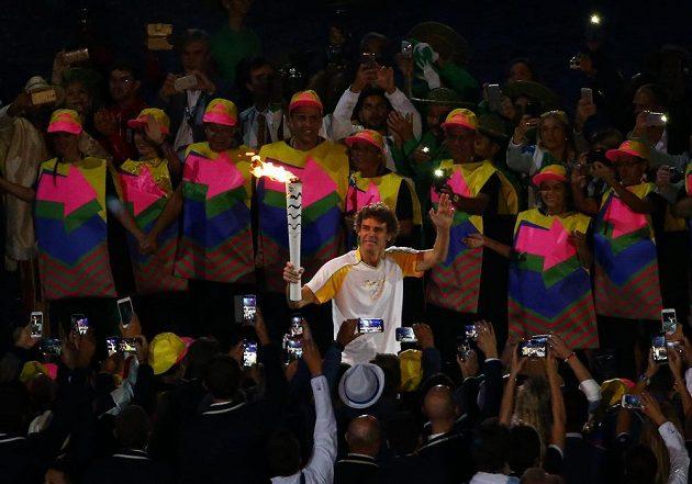 Bývalý tenista Gustavo Kuerten s olympijskou pochodní na stadiónu Maracaná, posledním členem štafety ale nakonec nebyl.