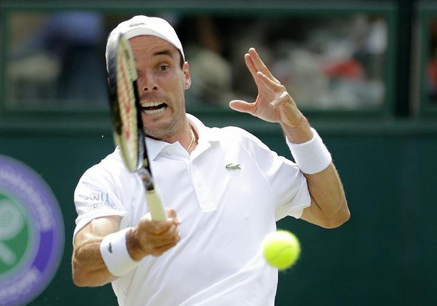 Španělský tenista Roberto Bautista Agut returuje v semifinále Wimbledonu-