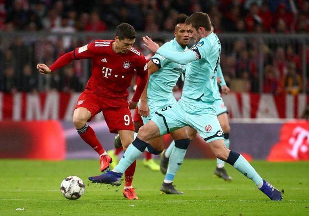 Bayern si doma proti Mohuči s chutí zastřílel. Kanonýr Robert Lewandowski v souboji se Stefanem Bellem z Mohuče.