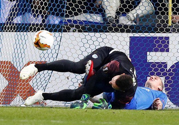 Gólman Genku Daniel Vukovic se srazil se Sebastienem Dewaestem, Ibrahim-Benjamin Traoré (není na snímku) pohodlně poslal míč do sítě.