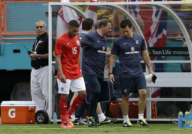 Angličan Alex Oxlade-Chamberlain (15) předčasně opouští přípravný duel proti Ekvádoru.