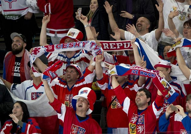 Spokojení čeští fanoušci v Paříži.