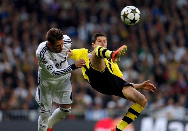 Sergio Ramos (vlevo), zadák Realu Madrid, si na střelce Dortmundu Roberta Lewandowského dával bedlivý pozor.