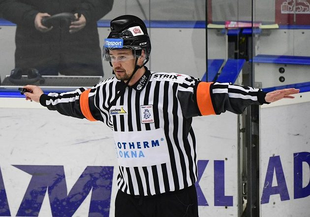 Hlavní rozhodčí Petr Úlehla po konzultaci s kolegou u videa neuznává gól Sparty.