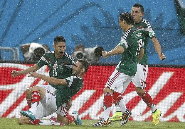 Střelec mexické branky Oribe Peralta (19) a jeho spoluhráči Miguel Layun (druhý zleva), Andres Guardado a Hector Herrera (vpravo).