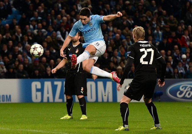 Záložník Manchesteru City Samir Nasri střílí gól do sítě Plzně. Vpravo obránce Viktorie František Rajtoral.