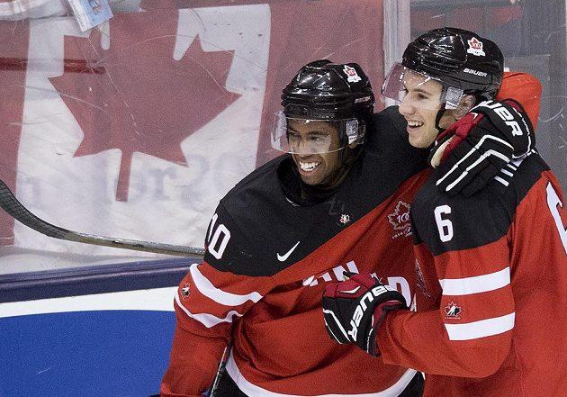 Radost kanadských hokejistů Shey Theodoreho (vpravo) a Anthonyho Duclaira po gólu v síti Slovenska.