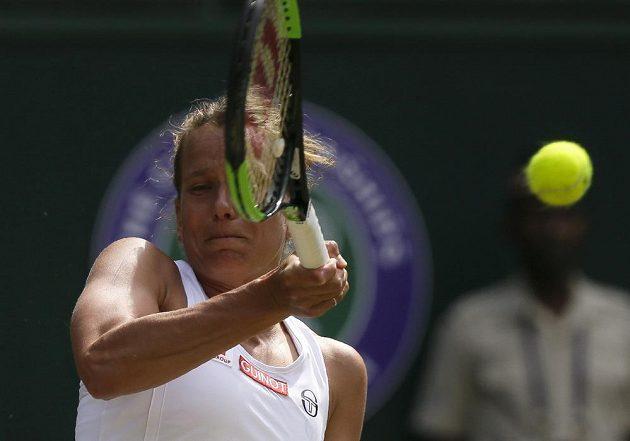 Česká tenistka Barbora Strýcová v akci během semifinále Wimbledonu.
