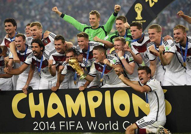 Němečtí fotbalisté slaví titul.