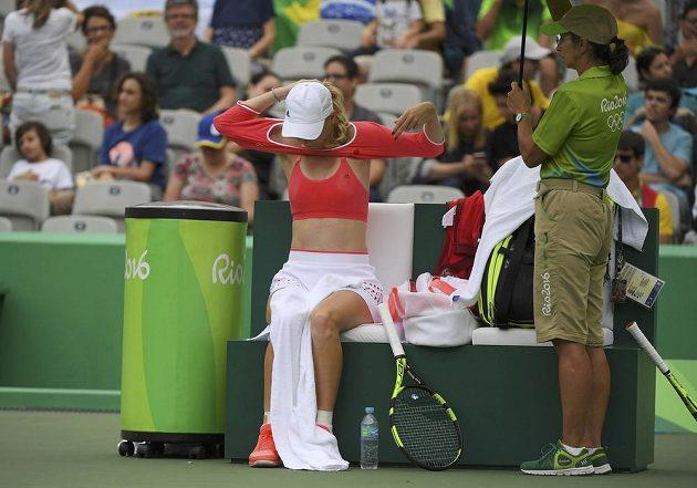 Dánská tenistka Caroline Wozniacká si převléká dres v zápase s Petrou Kvitovou.
