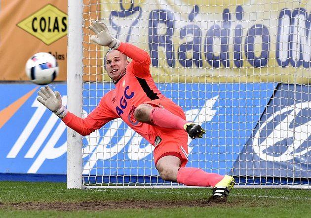 Brankář Teplic Martin Chudý dostává z penalty druhý gól od Lukáše Vaculíka z Jihlavy.