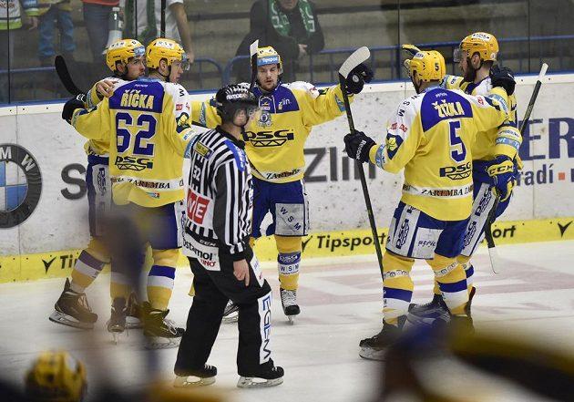 Hráči Zlína se radují ze vstřeleného gólu.