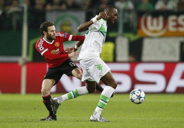 Naldo z Wolfsburgu bojuje o míč s Juanem Matou z Manchesteru United.