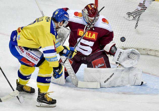 Hokejový útočník Zlína Radoslav Illo se snaží vyzrát na brankáře Sparty Sami Aittokallia.