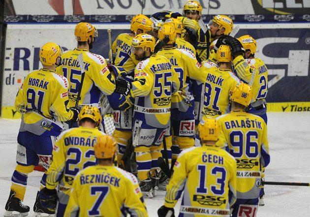 Radost zlínských hokejistů po vítězství nad Brnem v úvodním finále play off extraligy.