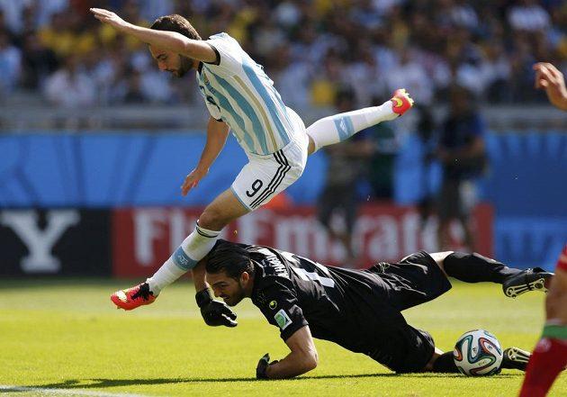 Ostrý střet íránského gólmana Haghíghího s argentinskou hvězdou Higuaínem.