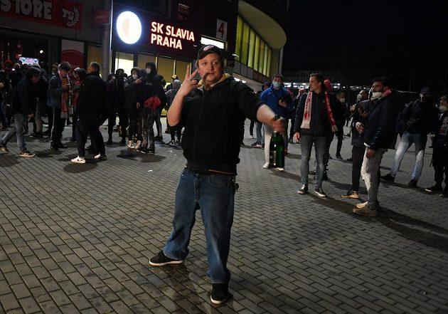 Fanoušci Slavie Praha slaví zisk titulu po utkání s Plzní.