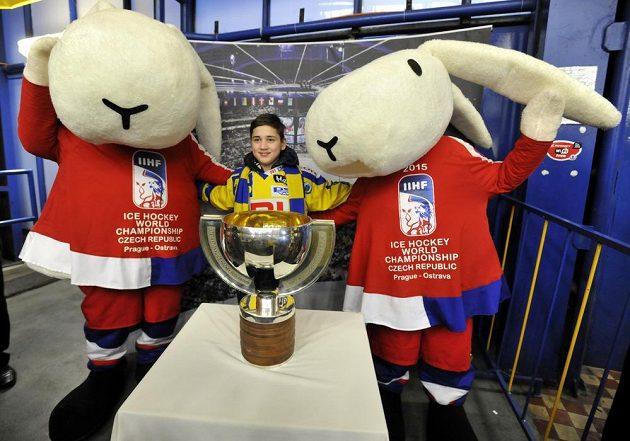 Fanoušci na utkání Zlína s Brnem se fotí s maskoty Mistrovství světa v ledním hokeji 2015 Bob a Bobkem a s replikou poháru pro mistry světa.