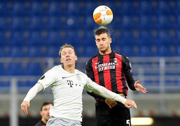 Diogo Dalot z AC Milán ve vzdušném souboji s Lukášem Julišem.