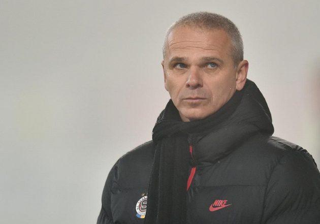 Zachmuřený sparťanský trenér Vítězslav Lavička během zápasu v Jablonci.