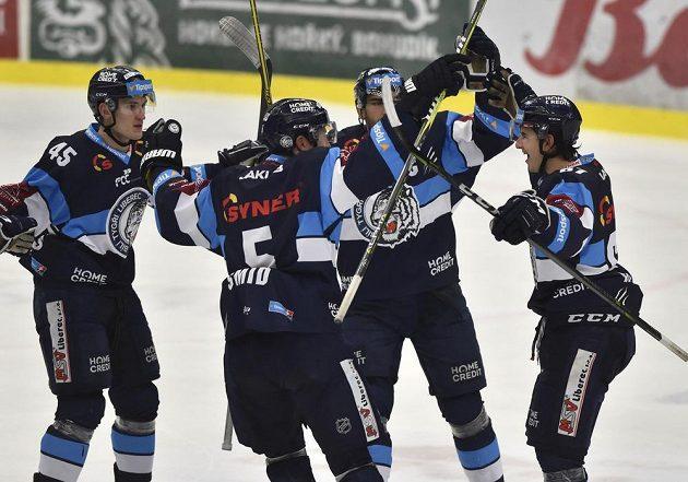 Hokejisté Liberce se radují z gólu na ledě Zlína v extraligovém utkání.