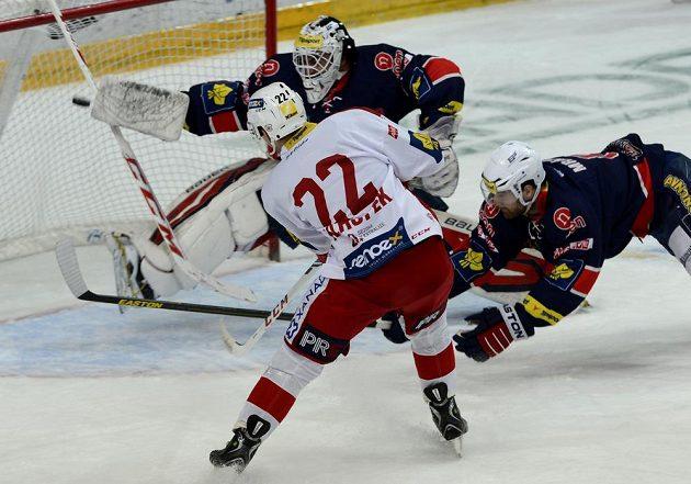 Pavel Klhůfek ze Slavie dává gól Martinu Růžičkovi z Chomutova. Vpravo Jaroslav Mrázek.