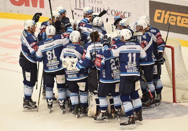 Hokejisté Plzně slaví vítězství v Třinci.