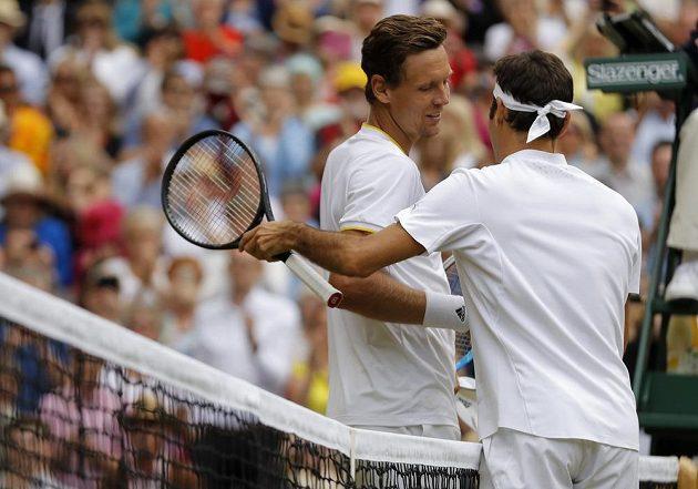 Tomáš Berdych (vlevo) a Švýcar Roger Federer po semifinále Wimbledonu.