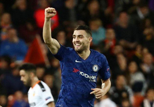 Útočník Chelsea Matteo Kovačič se raduje gólu proti Valencii.