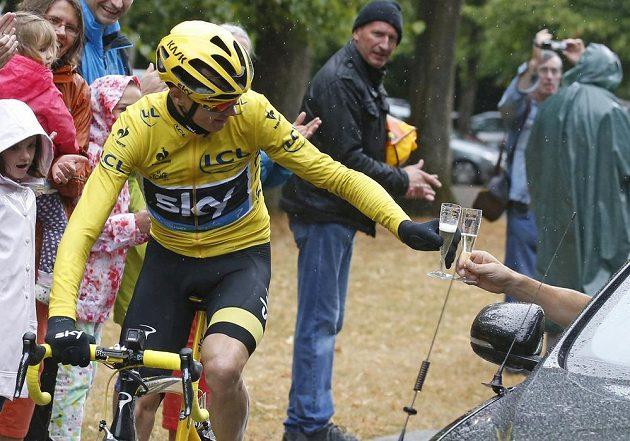 Spanilá jízda do Paříže. V závěrečné etapě Tour se tradičně celkové pořadí nemění a Chris Froome tak mohl ještě na trati ochutnat vítězné šampaňské.