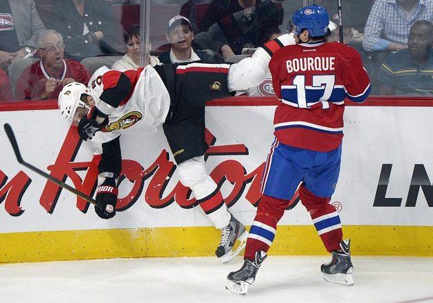 Český křídelní útočník Milan Michálek z Ottawy se kácí k ledu po zákroku Bourguea z Montrealu.