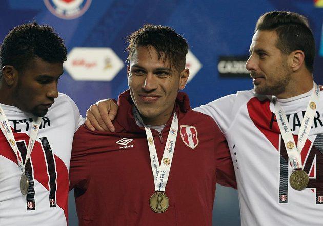 Střelec jedné z branek v souboji o bronz mezi Peru a Paraguayi José Guerrero (uprostřed) slaví se svými spoluhráči.
