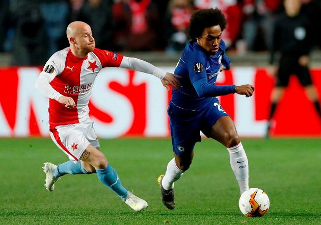 Miroslav Stoch v souboji s Willianem