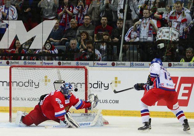 Vladimír Svačina střílí rozhodující čtvrtý gól Česka Alexandru Šaryčenkovovi.