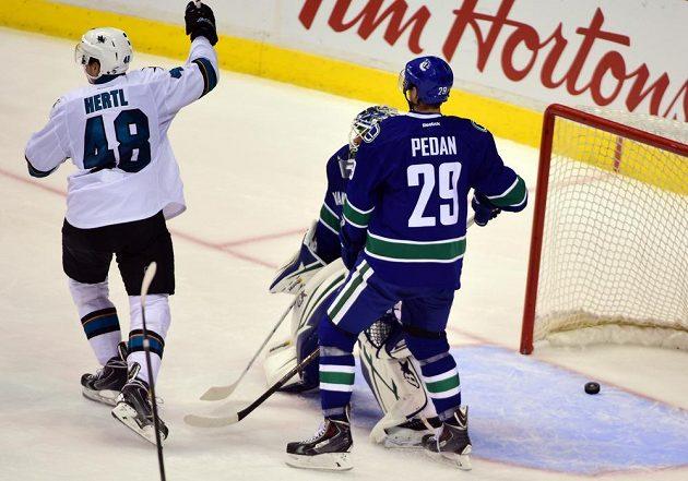 Tomáš Hertl se raduje po gólu, který vstřelil v přípravě Vancouveru.