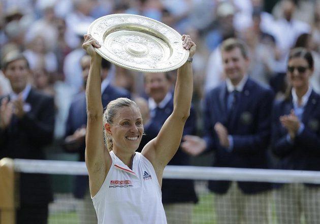 Německá tenistka Angelique Kerberová s trofejí pro vítězku Wimbledonu.