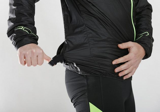Bunda Mizuno Lightweight 7D Jacket: Uvnitř kapsy je i pružný pásek, který sbalenou bundu pohodlně udrží na ruce.