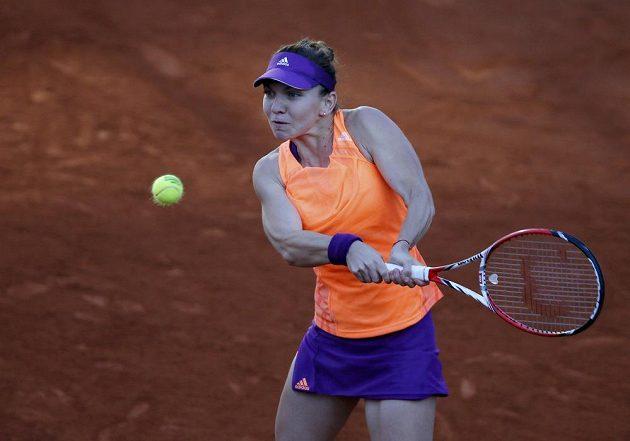 Rumunka Simona Halepová v semifinálovém souboji s Andreou Petkovicovou z Německa.