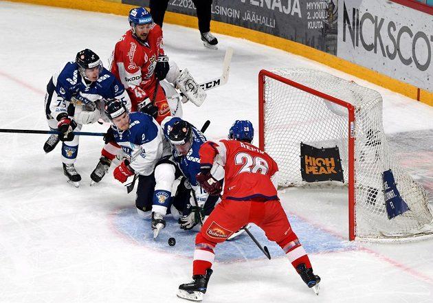 Čeští hokejisté Jan Kovář (vlevo) a Michal Řepík (vpravo) se snaží vyzrát na finskou obranu v utkání na turnaji Karjala.