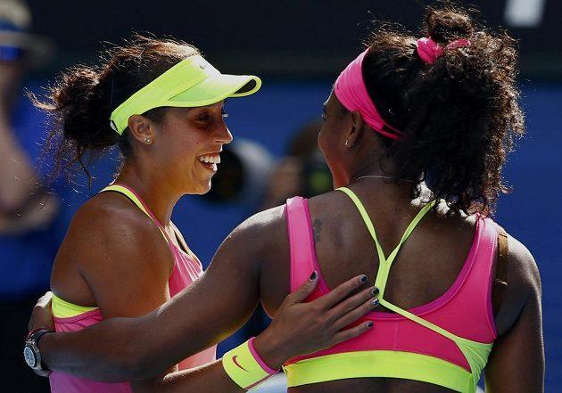 Američanka Madison Keysová (vlevo) gratuluje Sereně Williamsové.